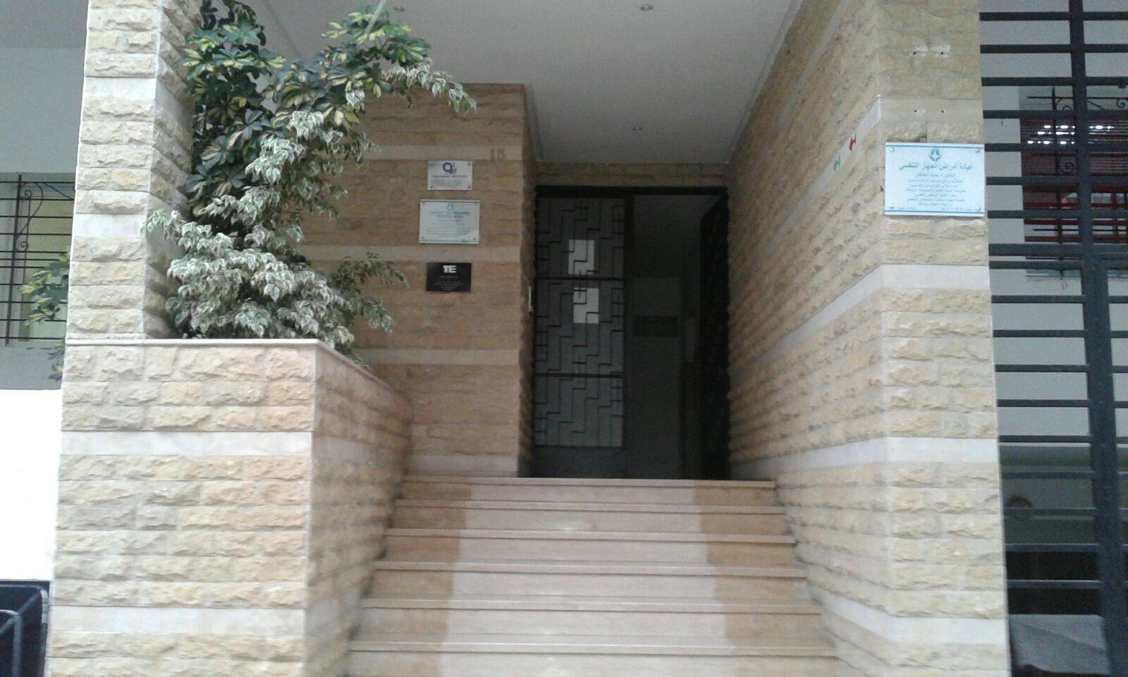 L'entrée du bâtiment